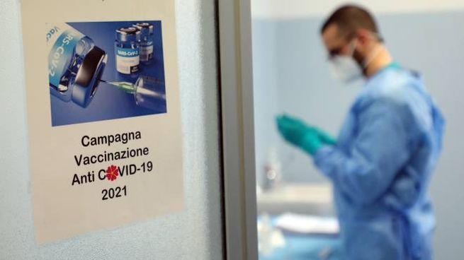Un medico prepara una dose di vaccino anti Covid-19 (Foto Ansa)
