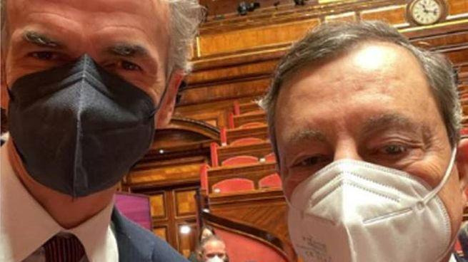 Il selfie del dem Andrea Ferrazzi con Mario Draghi (Ansa)