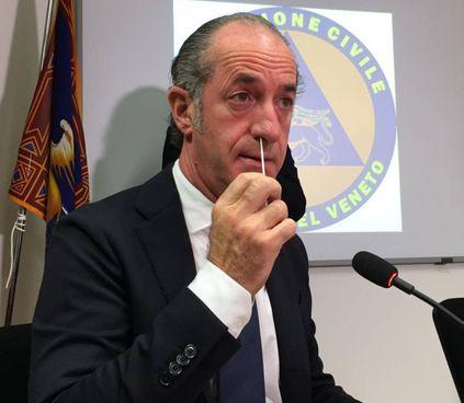Il governatore del Veneto, Luca Zaia, 52 anni, prova un tampone fai da te