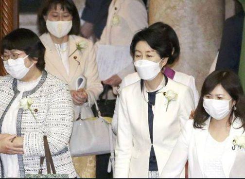 L'82enne Toshihiro Nika ha invitato le cinque deputate ai meeting: ma in silenzio