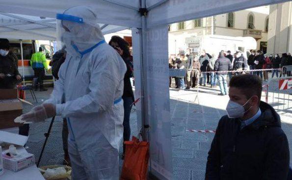 Il sindaco di Terranuova Sergio Chienni al punto dei tamponi antigenici
