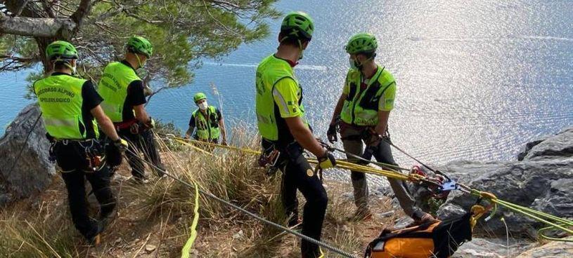 Gli operatori del Soccorso Alpino impegnati nel recupero di un escursionista infortunato