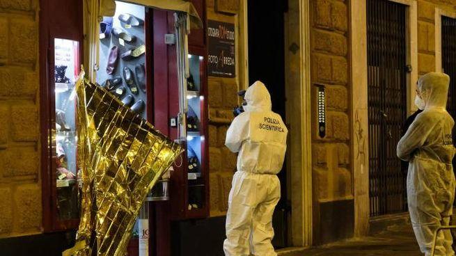 Inquirenti sul luogo dell'omicidio a Genova (Ansa)