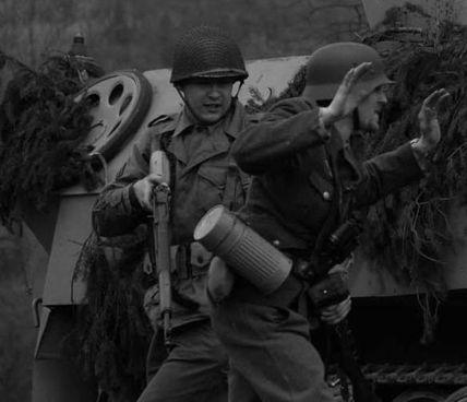 Qui accanto, un fante americano e un soldato tedesco in una ricostruzione storica