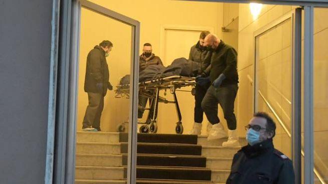 Il corpo della donna viene portato via dall'abitazione