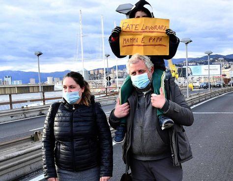 La protesta di alcuni ristoratori genovesi. Nelle zone arancioni, i locali possono solo offrire servizi d'asporto o di consegna