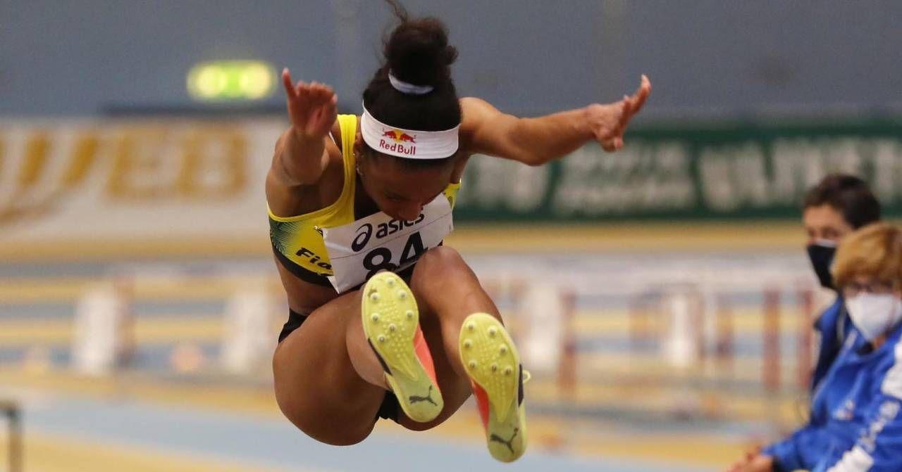 Larissa Iapichino in azione ieri ad Ancona e, sotto, esultante dopo il primato mondiale U20. Il 6,91 le dà anche il pass per i Giochi
