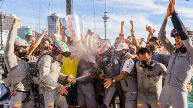 L'equipaggio di Luna Rossa festeggia la vittoria della Prada Cup (Twitter)