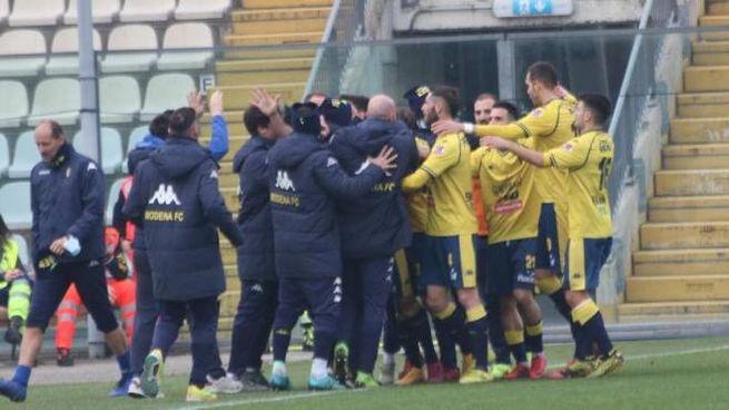 L'esultanza dopo il primo gol del Modena siglato da Spagnoli (foto Samb)