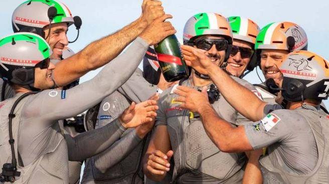 L'equipaggio in festa dopo la vittoria