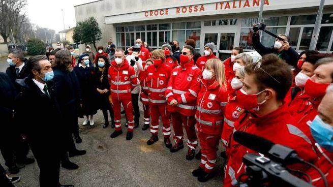 Il governatore Attilio Fontana con i volontari della Croce Rossa