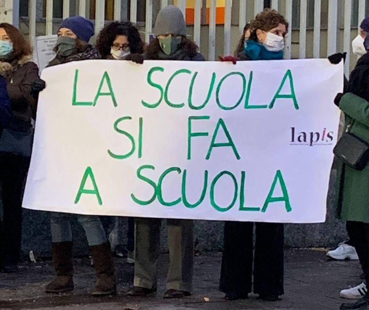 Alcuni genitori protestano assieme agli insegnanti per la riapertura delle scuole