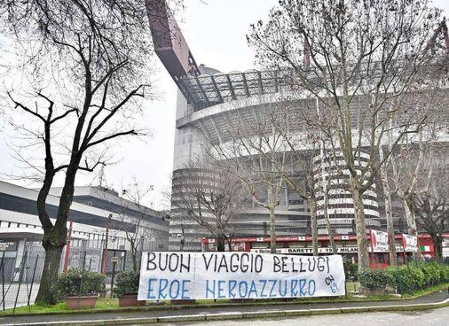 Lo striscione dedicato a Mauro Bellugi, scomparso sabato a 70 anni