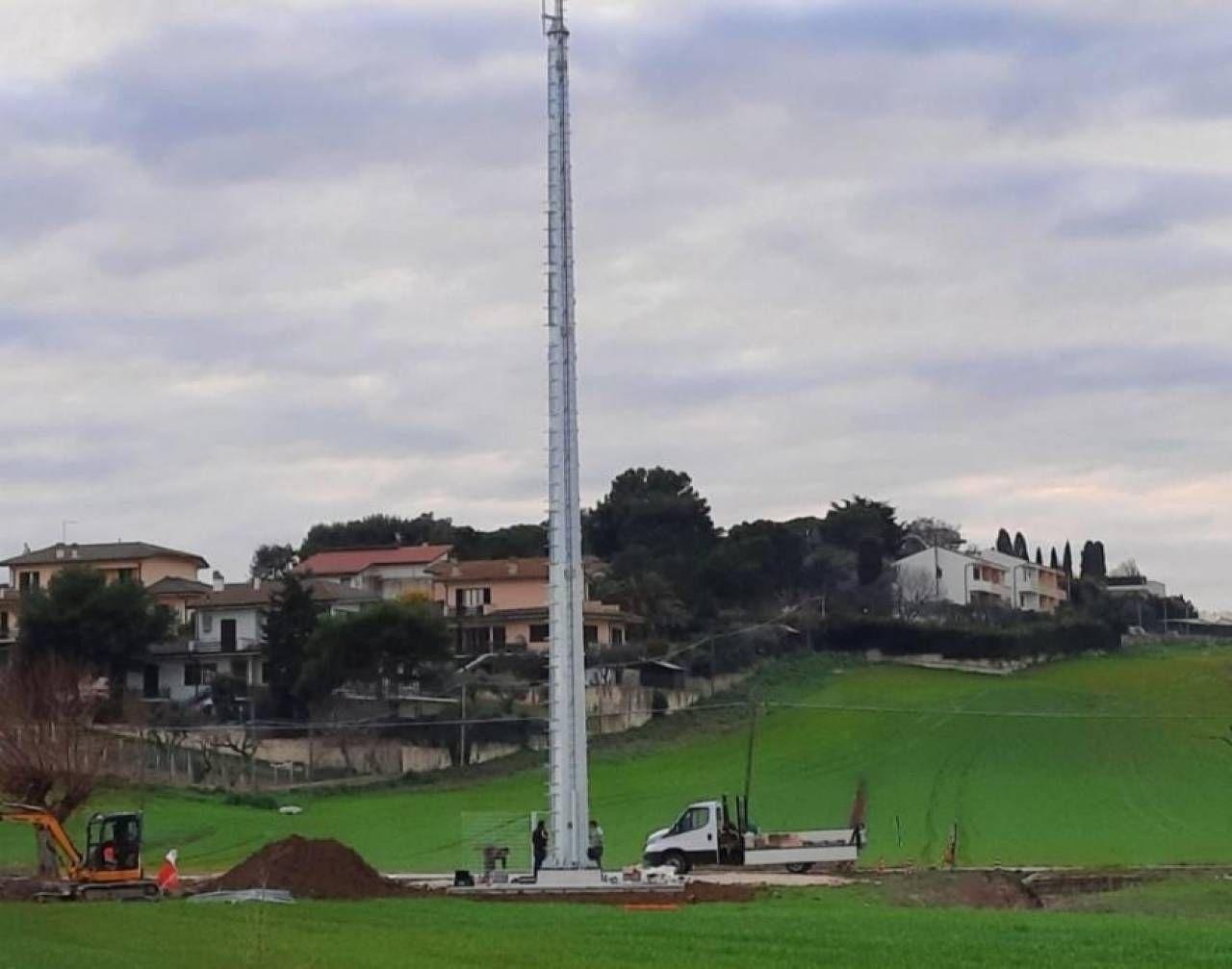 La antenna finita nel mirino nel Comune di Loreto