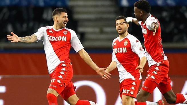 Il Monaco festeggia dopo il 2-0 al PSG (Ansa)
