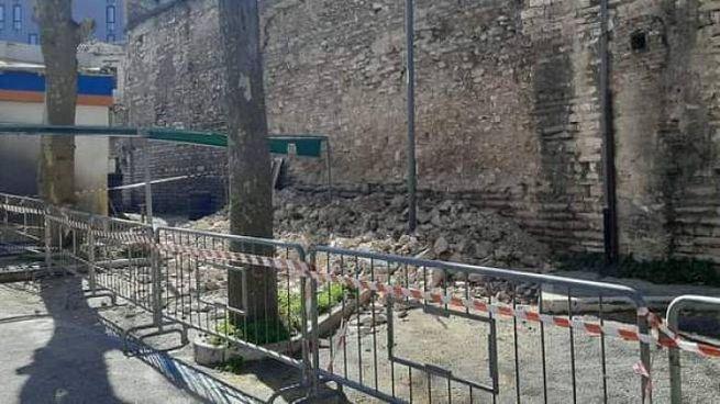 Le storiche mura crollate in piazzale Matteotti