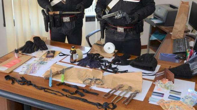 Il materiale sequestrato alla banda dei rapitori cinesi