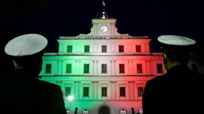 L'Accademia Navale illuminata con il Tricolore