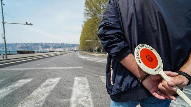 Controlli per le strade da parte della polizia (Ansa)