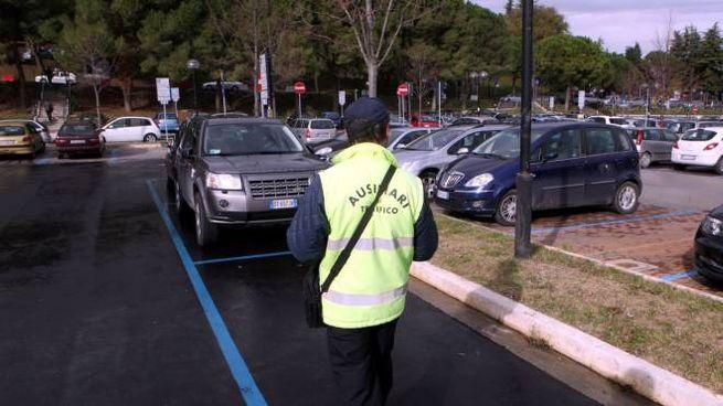 Un ausiliario del traffico nel parcheggio dell'ospedale (foto Luca Ravaglia)