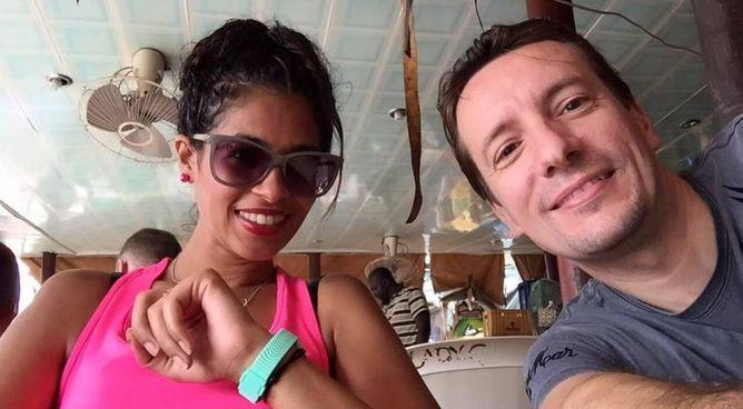 L'ambasciatore italiano Luca Attanasio, morto a 43 anni, in un selfie insieme alla moglie Zakia. Il diplomatico lascia tre bambine
