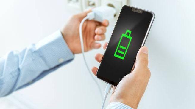 Lo smartphone in carica nel modo corretto