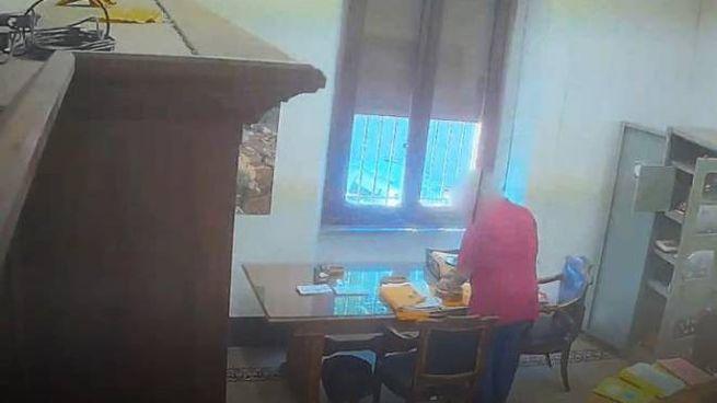 L'ìimpiegato sorpreso a sottarre denaro dalle telecamere installate in ufficio