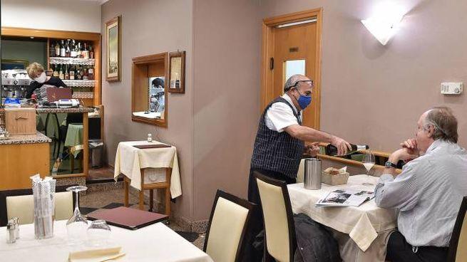 Un ristorante aperto a pranzo in zona gialla (Ansa)