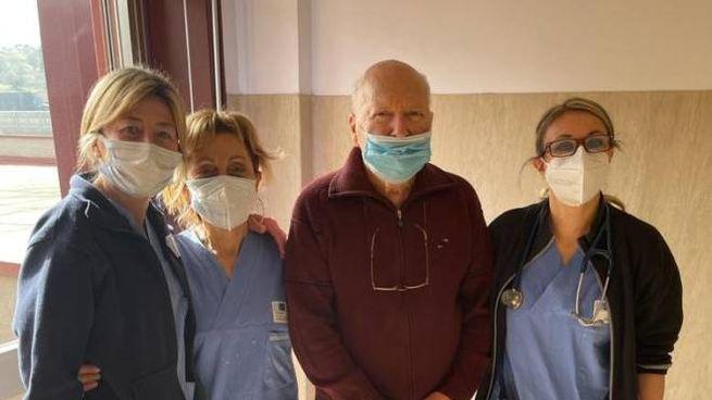 Il signor Mario insieme al personale sanitario