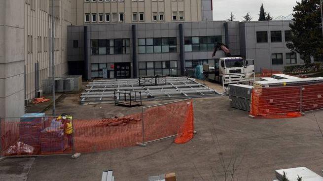 Il cantiere per l'installazione del nuovo modulo Arcuri davanti all'ospedale di Perugia