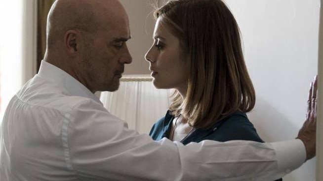 """Luca Zingaretti (59 anni) nei panni di. Montalbano con Greta Scarano (34 anni) nel """". Metodo Catalanotti"""" su Raiuno l'8 marzo"""