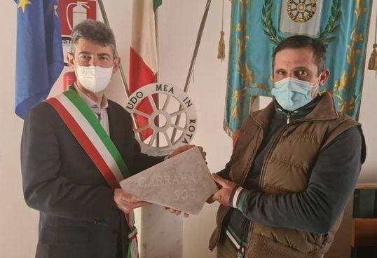 Il sindaco Francesco De Pasquale con lo scultore Michele Monforni che ha realizzato l'opera per Biella