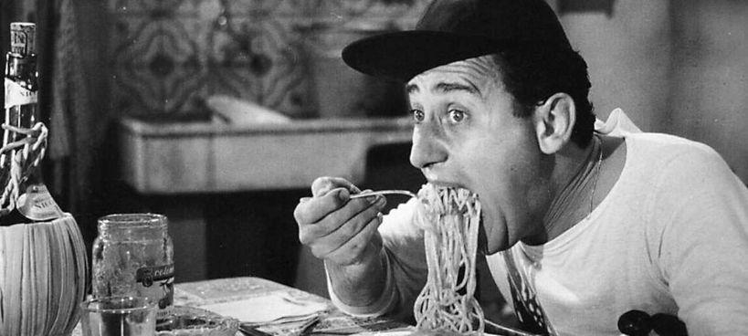 """La famosa scena degli spaghetti mangiati da Alberto Sordi nel film """"Un americano a Roma"""" diretto da Steno nel 1954"""