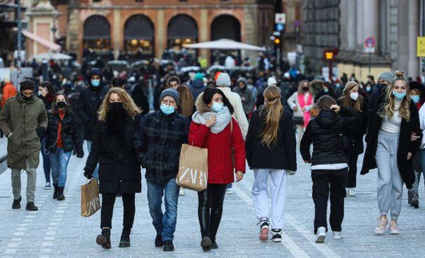 Folla per l'aperitivo nel centro di Bologna. Queste immagini si sono ripetute da una città all'altra, in tutto il paese
