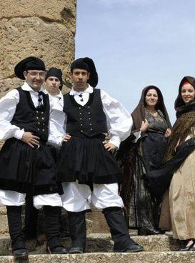 Sardi vestiti in abiti tradizionali. Il governatore Solinas: «Procedere con cautela»