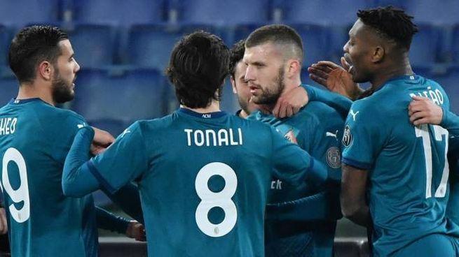 Ante Rebic, attaccante del Milan, festeggiato dai compagni dopo il gol alla Roma (Ansa)