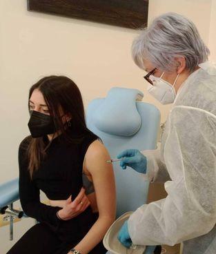 Una maestra delle elementari riceve il vaccino anti Covid. In Italia somministrate 4,3 milioni di dosi