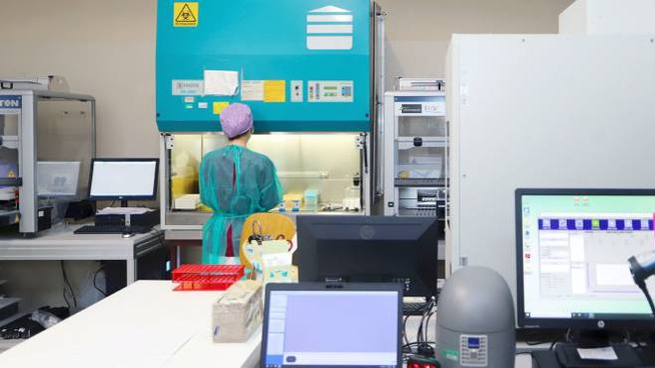 Tecnici al lavoro nei laboratori (Dire)