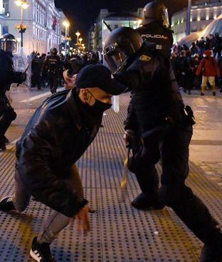 Gli scontri a Barcellona tra poliziotti. e manifestanti dopo l'arresto del rapper Pablo Hasel