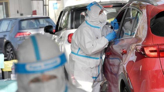 Un drive through per i tamponi: saranno usati anche con i vaccini (Ansa)