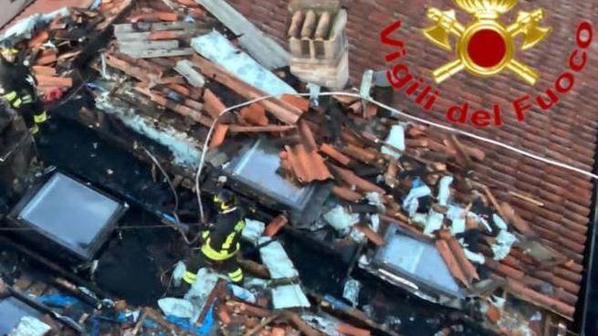 I vigili del fuoco sul tetto devastato