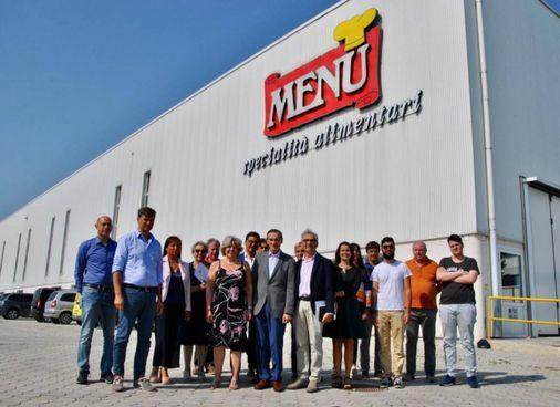 Una foto di gruppo davanti alla sede Menù di Medolla