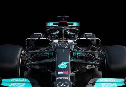 La nuova W12 con la quale Lewis Hamilton darà la caccia all'ottavo titolo
