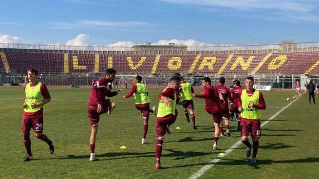 Il Livorno si riscalda (Foto Novi)