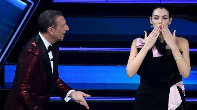 Amadeus con la top model Vittoria Fioretti (Ansa)