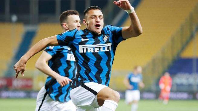 Sanchez esulta dopo i gol sul campo del Parma (Ansa)
