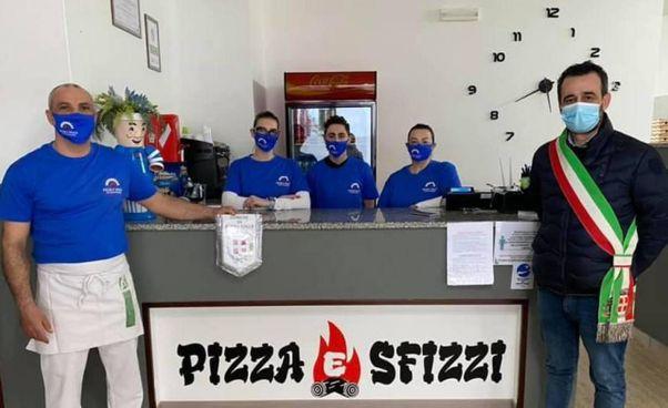 IN BOCCA AL LUPO Il primo cittadino Roberto Pizzoli con i titolari dell'attività