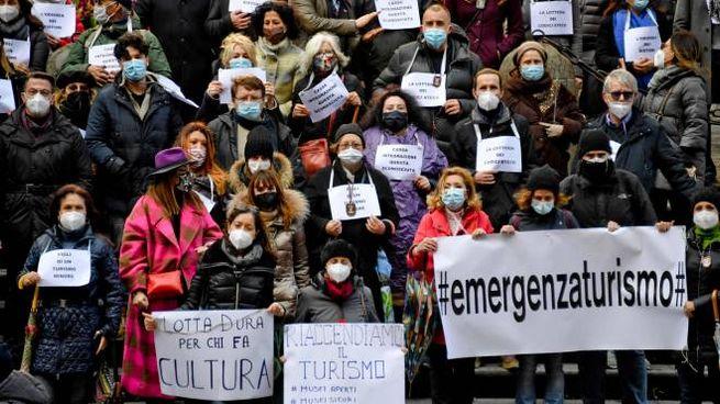 Dl sostegno: la protesta degli operatori turistici a Napoli (Ansa)