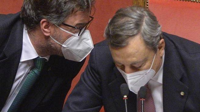 Giancarlo. Giorgetti, 54 anni, con il premier Mario Draghi, 73 anni