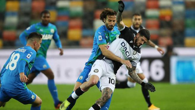 Udinese-Sassuolo, Ferrari commette fallo su De Paul (Ansa)